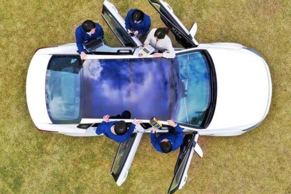 پنل های خورشیدی سقفی باتری خودرو را شارژ می نمایند