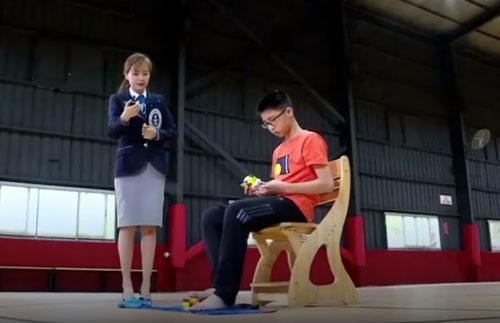 مهارت شگفت انگیز پسر چینی در بازی با روبیک