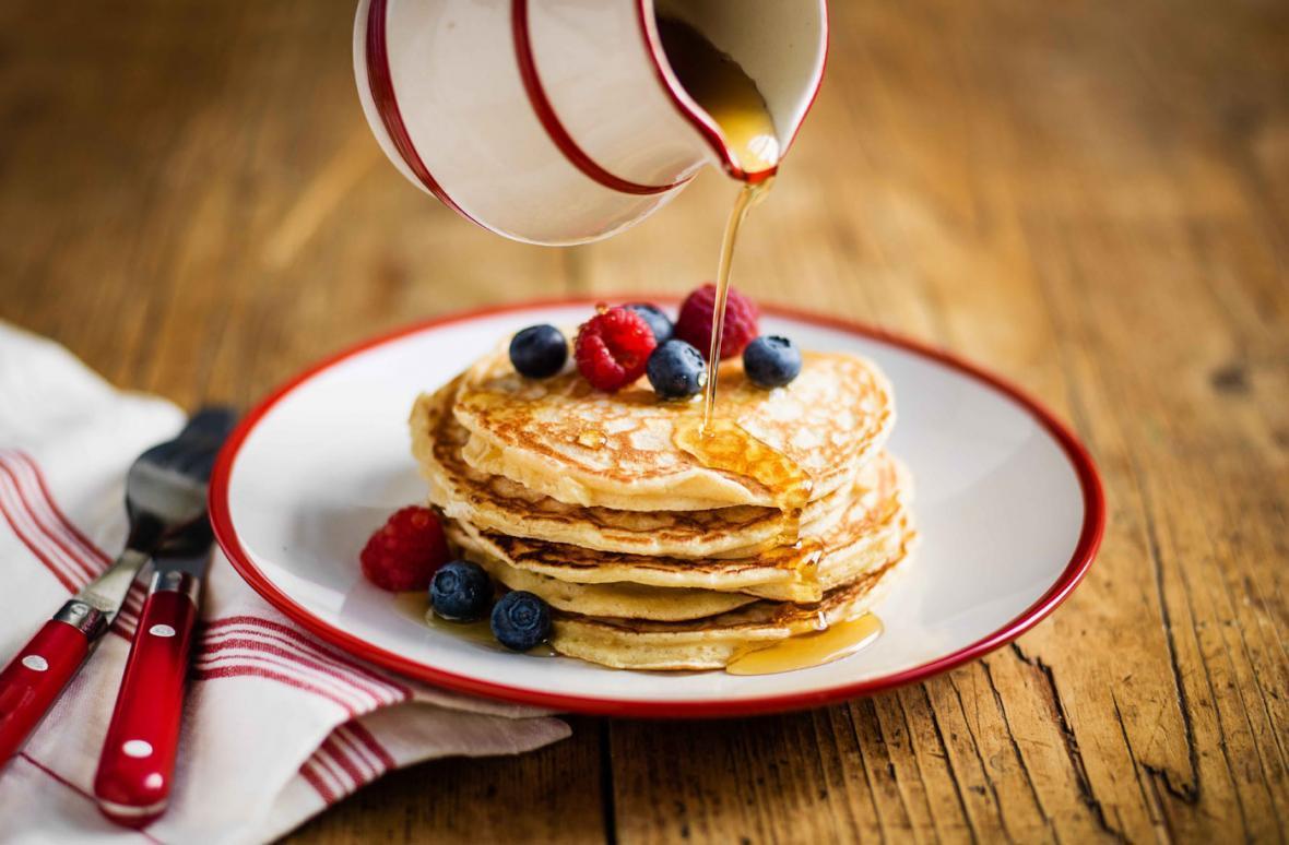 طرز تهیه ساده پنکیک صبحانه با شیر