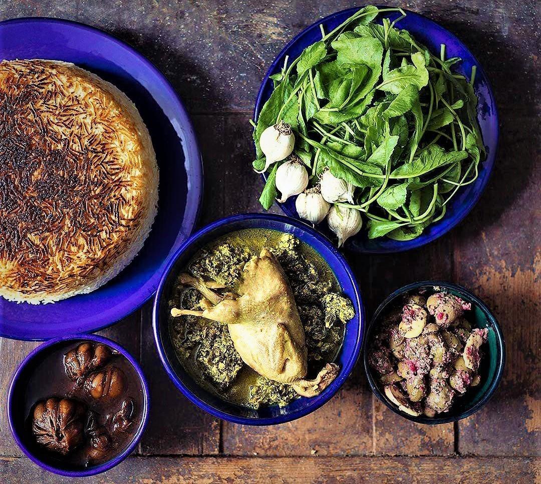طرز تهیه ساده خورش سیر قلیه گیلکی با مرغ و برگ سیر تازه