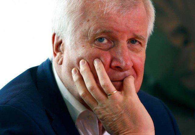 وزیر کشور آلمان درخواست ها برای کنار گذاشتن مقام جنجالی را نپذیرفت