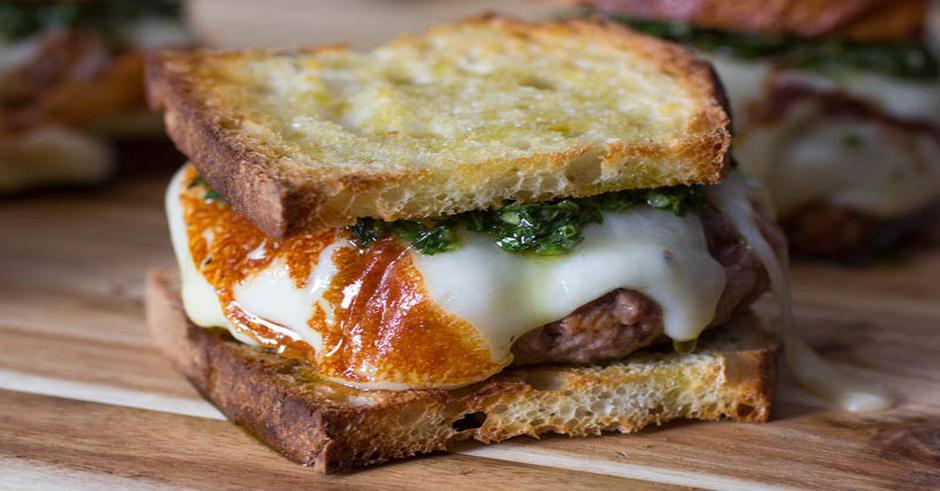 طرز تهیه برگر با پنیر چدار و سس چیمیچوری