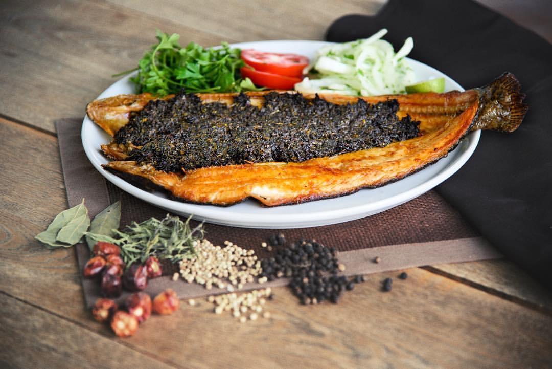 2 طرز تهیه حشو ماهی شکم پر جنوبی با سبزی مخصوص در فر و روی منقل
