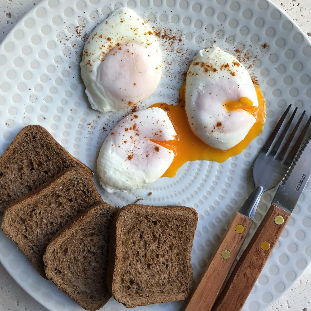روش تهیه تخم مرغ آب پز بدون پوست (پوچد اگز)