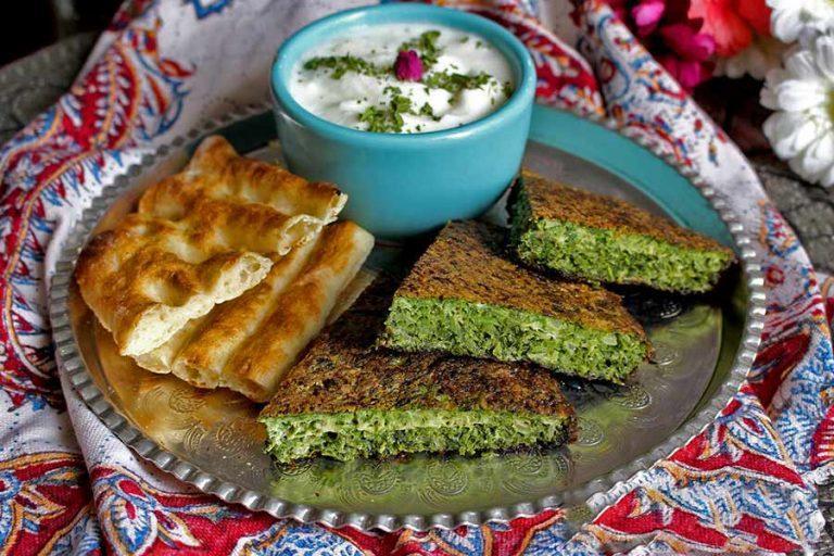 2 طرز تهیه کوکو سبزی ساده و خوشمزه در فر و ماهیتابه
