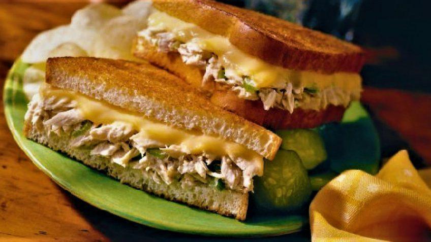 طرز تهیه یک ساندویچ خوشمزه با ماهی تن