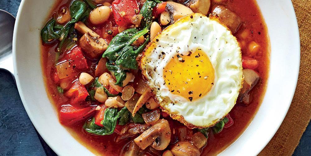 طرز تهیه خوراک لوبیا سفید و سبزیجات با تخم مرغ نیمرو