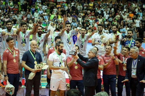 بلندقامتان ایران جام قهرمانی را بالای سر بردند، همه بودند جز داوری