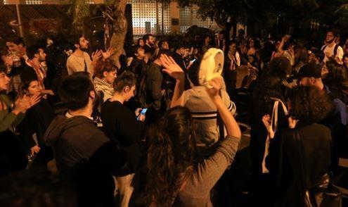 حمله معترضان به دفتر جریان وابسته به میشل عون در طرابلس