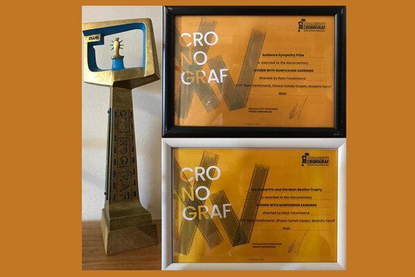 3 جایزه جشنواره کرونوگراف در دستان زنانی با گوشواره های باروتی