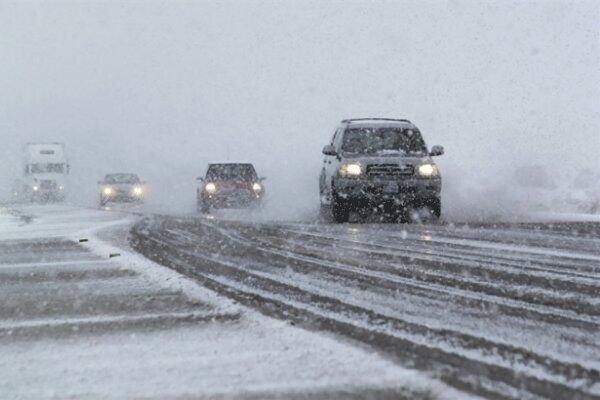 مه غلیظ و بارش برف تردد در جاده های زنجان را کند کرد