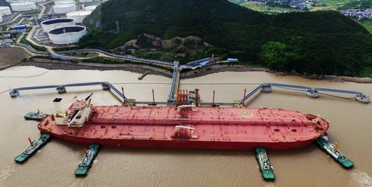 ادعای رویترز: محموله های بنزین ایران به کشتی های دیگر منتقل شدند