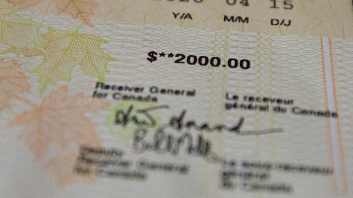 اختلاف نظر شدید کانادایی ها درباره سرانجام پرداخت یاری اقتصادی 2000 دلاری از سوی دولت