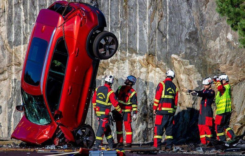 ولوو با پرت کردن خودرو از ارتفاع 30 متری شرایط تصادف شدید را بازسازی کرد