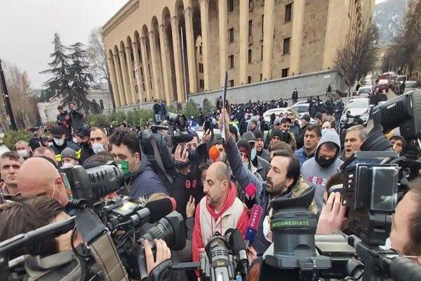کوشش معترضین برای برپایی چادر در مقابل مجلس