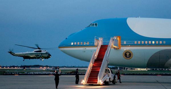 جیرجیرک هایی که پس از 17سال از زمین درآمدند،هواپیمای کاخ سفید را زمین گیر کردند، عکس