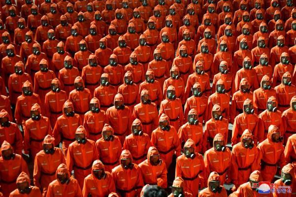 رژه متفاوت روز ملی کره شمالی با لباس محافظ و ماسک، بدون موشک بالستیک