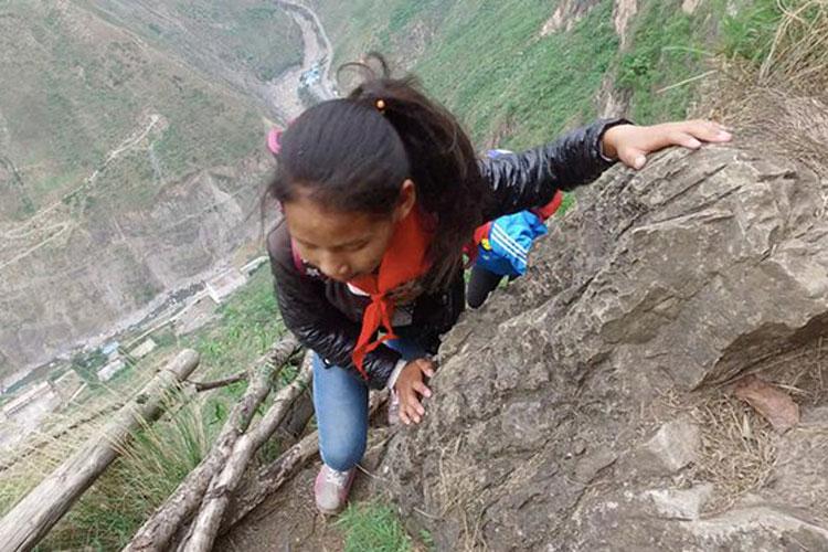 مدرسه ای در چین با مسیری خطرناک